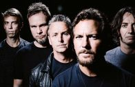 """Pearl Jam toca """"Dance of the Clairvoyants"""" por primera vez para la caridad"""
